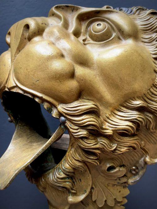 Antieke sierlijke bronzen leeuwenkop. Deel van een biljard tafel.