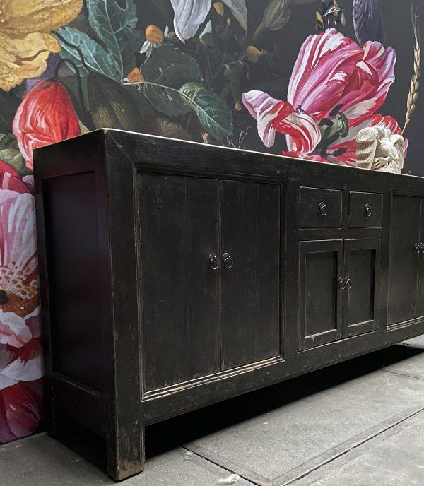 Antiek dressoir met fraaie zwarte patina
