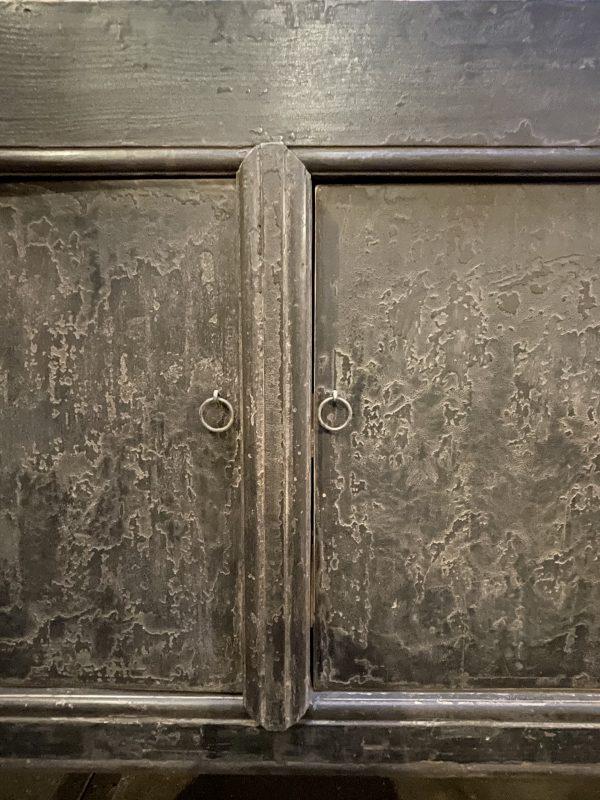 Robuust antiek dressoir met fraaie donkere patina