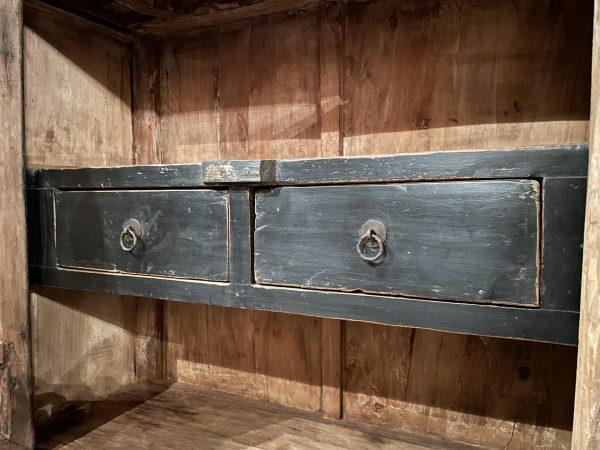 Hoog antiek dressoir met fraaie donkere patina