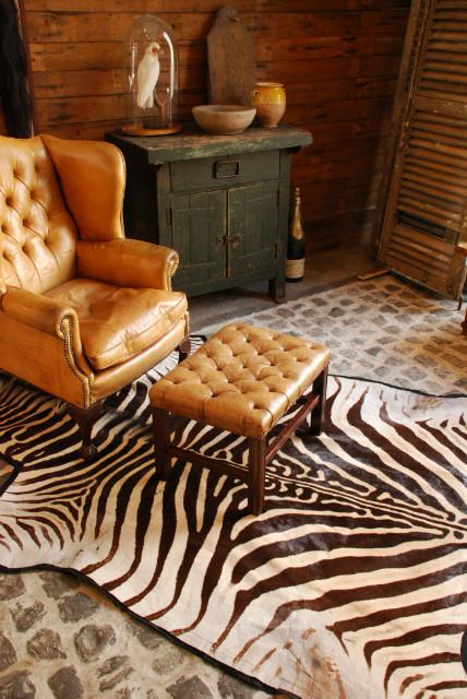 Grote zebrahuid afgewerkt met zwart vilt.