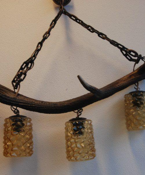 Oude lamp gemaakt van een afwerpstang van een edelhert.
