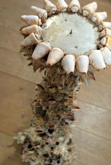 Kandelaar gemaakt van schelpen.