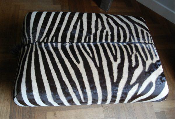Zeer fraaie en unieke poef gemaak van zebrahuid.