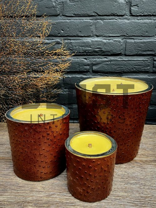 Handgemaakte kaarsen met leer bekleed.