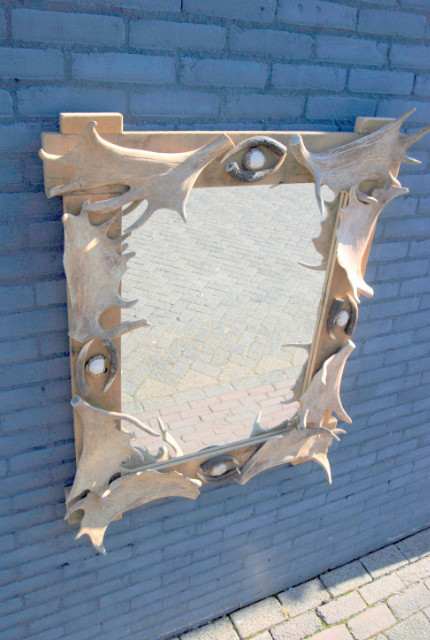 Spiegel gemaakt van hertengewei. Geweispiegel