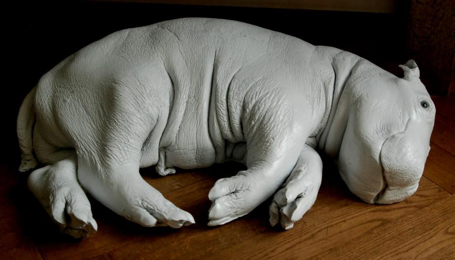 Wit gecoate replica van een nijlpaardkalf