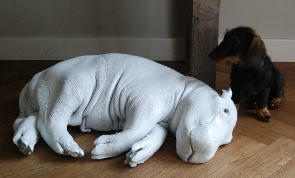 Weiss coated Replik eines Nilpferdkalbs