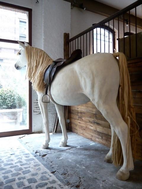 Besonders lebensgroßes Bild eines Pferdes